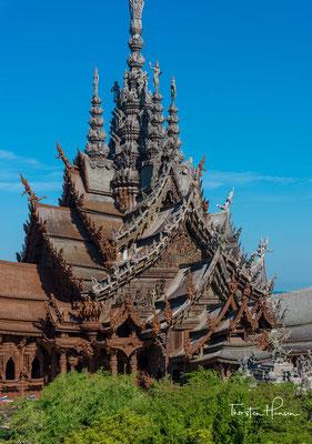 Der größte hölzerne Gebäudekomplex des Landes (Baubeginn 1981) ist mit aufwändigen Schnitzarbeiten verziert und zeigt mythologische Figuren verschiedener Religionen und Kulturen.