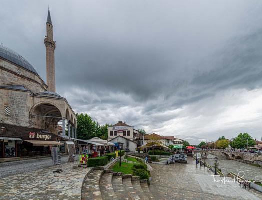 Die alte Steinbrücke überspannt die Bistrica. Im Hintergrund die Sinan-Pascha-Moschee