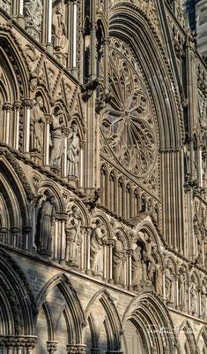 Das Material der Schmuckfassaden ist Speckstein. Als Schauseite der Kathedrale gilt die Westfassade im Stil der Hochgotik nach englischen Vorbildern wie der Westminster Abbey.
