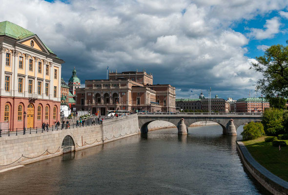 Die Stadt ist sowohl Sitz des schwedischen Parlamentes als auch der schwedischen Regierung. Sie ist ebenso das kulturelle Zentrum des Landes und Bischofssitz.