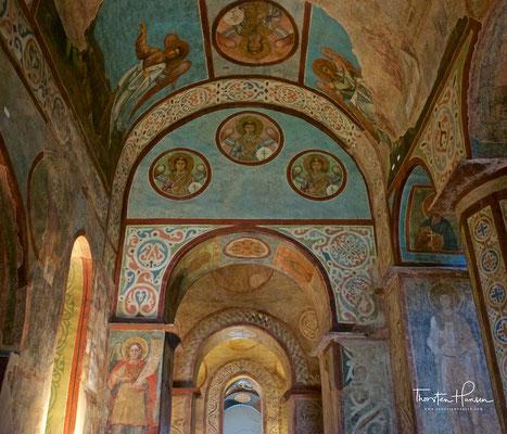 Nach dem Einfall der Mongolen in die Rus (Mitte des 13. Jahrhunderts) büßte nicht nur die Stadt Kiew ihre zentrale politische und kulturelle Funktion ein, auch die Sophienkathedrale verlor ihre kirchliche Bedeutung.