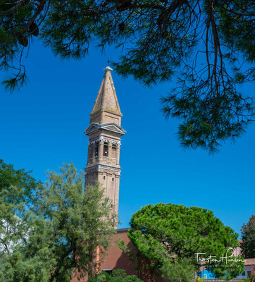 Der schiefe Campanile der Kirche San Martino an der Piazza Galuppi ist schon von weitem zu sehen. Die Kirche enthält eine Kreuzigungsszene von Giovanni Battista Tiepolo.
