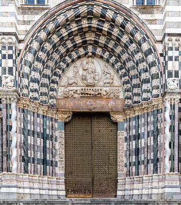 Die Kathedrale San Lorenzo in der Altstadt von Genua gilt als architektonisches Meisterwerk des romanischen Baustils. Beeindruckend ist die schwarz-weiß gestreifte Marmorfassade.