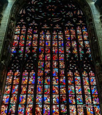 zeigen sich die großformatigen, für Italien so ungewöhnlichen Glasfenster.