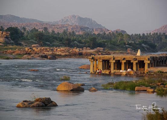 Purandaradasa Mantapa ist ein kleiner Pavillon mit offenen Säulen und weiß getünchtem Oberteil, der dem legendären Dichter Purandaradasa gewidmet ist, der in Hampi lebte