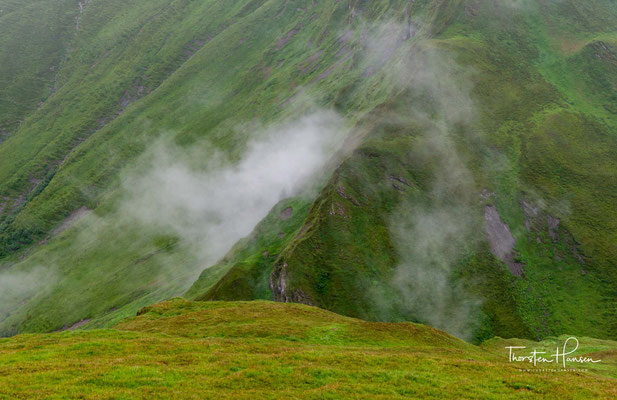 1968 Mit dem Bau des Einsesselliftes Gefrorene Wand - der erste Sessellift der Welt mit Stützen auf Gletschereis - vom Tuxer Fernerhaus (2.600 m) bis zum Felskopf (3.050 m) wird der Hintertuxer Gletscher zum Ganzjahresskigebiet