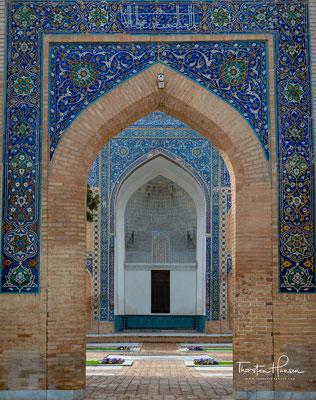 Bereits um 1401 wurden eine Koranschule (madrasa) und ein Gebäude für eine Sufi-Bruderschaft (chanakah) fertiggestellt, die das Mausoleum später rechts und links von dessen Front flankierten.