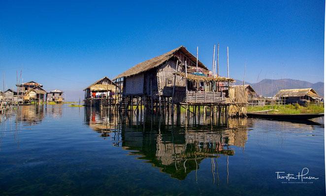 Die 17 Dörfer innerhalb des Sees und am Seeufer sind überwiegend von Intha bewohnt. Die Häuser sind auf Pfählen gebaut. Insgesamt wohnen hier 70.000 Menschen.