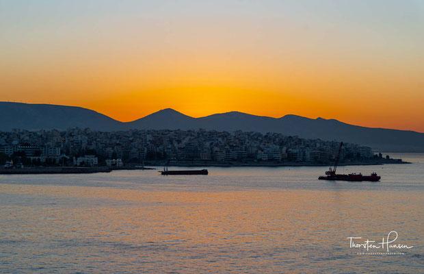 Der Hafen von Piräus ist der größte Seehafen Griechenlands und einer der größten im Mittelmeerraum. Mit rund 18,6 Millionen Passagieren stellte er 2014 den größten Passagierhafen Europas dar.