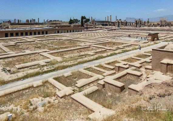 """Der Hundert-Säulen-Palast war der zweitgrößte Palast in Persepolis. Sein Zentralsaal (""""Hundertsäulensaal"""") hatte Abmessungen von 68,5 Metern Breite und 68,5 Metern Länge,"""