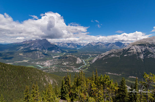 Von der Stadt aus sind verschiedene Berggipfel zu sehen, einschließlich des 2998 m hohen Cascade Mountain und des Mount Norquay
