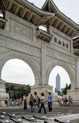 Die Beendigung der Regentschaft des letzten Mandschu-Kaisers Puyi aus der Qing-Dynastie bedeutete das Ende des über 2100 Jahre alten chinesischen Kaiserreichs, das seit 221 v. Chr. über viele Dynastien hinweg Bestand hatte.