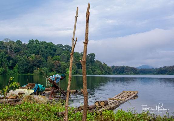 Schon 1895 stauten die britischen Kolonialherren den Fluss Periyar zu einem 26 km² großen Stausee auf, um Gebiete im heutigen Bundesstaat Tamil Nadu bewässern zu können.