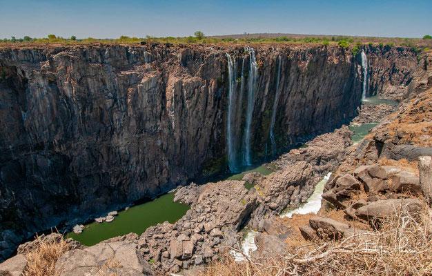 Die Victoriafälle sind ein breiter Wasserfall des Sambesi zwischen den Grenzstädten Victoria Falls in Simbabwe und Livingstone in Sambia.