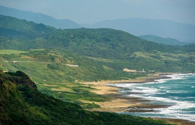 Die Landschaft mit den Klippen, dem saftigen schimmernden grünen Wiesen und dem rauen Meer ist einfach ein wunderschöner Ort zum geniessen.