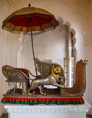 In den Räumen befindet sich eine sehr gute Sammlung von Gegenständen des täglichen Lebens eines indischen Königshauses und eine Sammlung prunkvoller Elefantensattel.