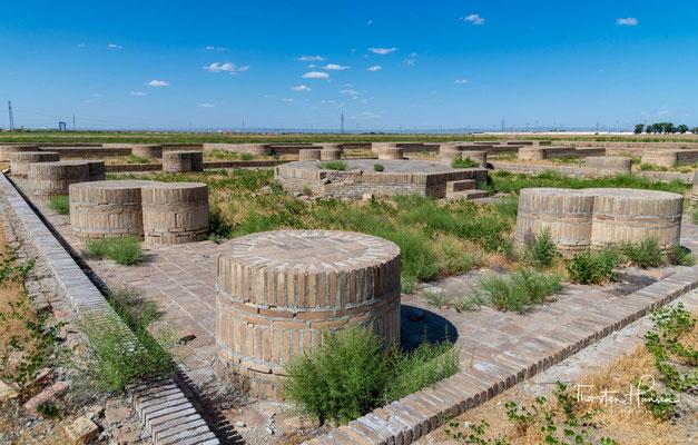 as Portal, sowie alle Karawansereien in der Gegend, wurde aus Lehmziegeln angelegt. Außer dem Eingangsportal besteht nur noch das ehemalige Gelände, auf dem der Karawanserei stand. Das Gelände wurde am 18. Januar 2008 zum Weltkulturerbe ernannt