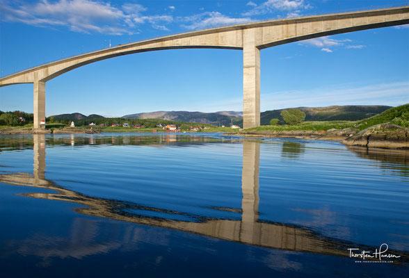 Auf einer Brücke führt die Küstenstraße Fv17 über den Strom und bietet eindrucksvolle Aussichten.