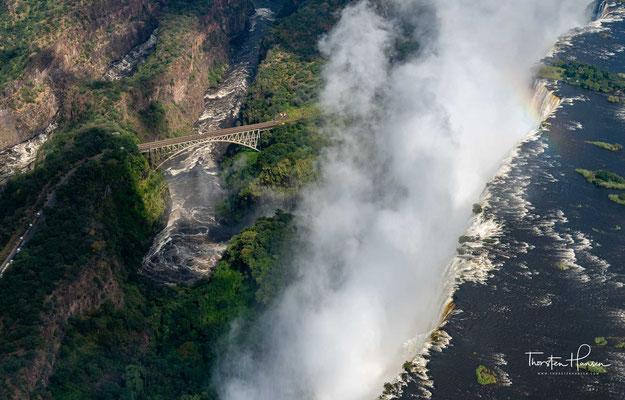 Daher entsteht ein breiter Wasserfall dort, wo der Flusslauf eine Kluft kreuzt, die quer zur Fließrichtung verläuft.