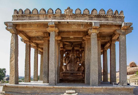 Kadalekalu Ganesha. Diese riesige Statue von Ganesha wurde aus einem riesigen Felsbrocken am nordöstlichen Hang des Hemakuta-Hügels geschnitzt