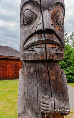 Gitxsan-Indianer führen die Besucher durch die Häuser und erklären die Kultur und Lebensweise der Ureinwohner.