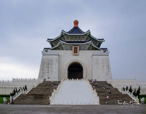 Das Gebäude wurde offiziell am 5. April 1980, dem fünften Todestag Chiangs, eröffnet. Das oktogonale Dach steht 70 m über der Erde