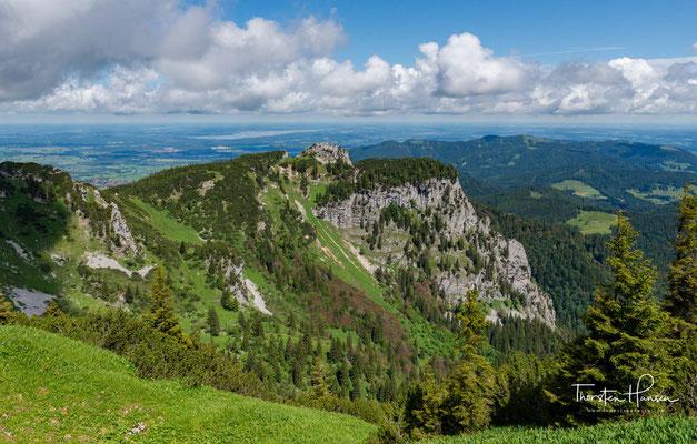 Durch die weithin sichtbare Nordwand der Benediktenwand führen zahlreiche Kletterrouten vom II. bis zum VIII. Schwierigkeitsgrad.