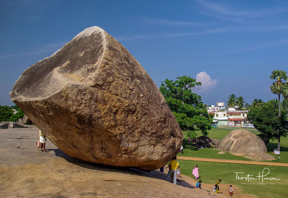 Krishnas Butterball - eine riesige, auf einem Felsrücken liegende Felskugel, die den Eindruck erweckt, jeden Moment herunterrollen zu können.