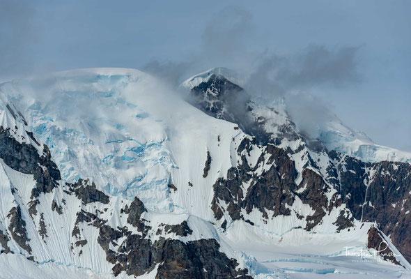 Als geographisch-astronomische Zone wird sie durch den südlichen Polarkreis begrenzt und reicht somit vom Südpol bis 66° 33′ südlicher Breite.