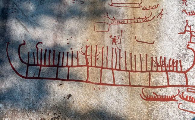 Durch den großen Reichtum unterschiedlicher Motive – bisher wurden über 10.000 Gravuren entdeckt – geben die Felsenritzungen Aufschluss über das religiöse und soziale Leben dieser Zeit.