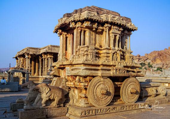 Der Garuda-Schrein als steinerner Tempelwagen (Ratha) vor dem Vitthala-Tempel