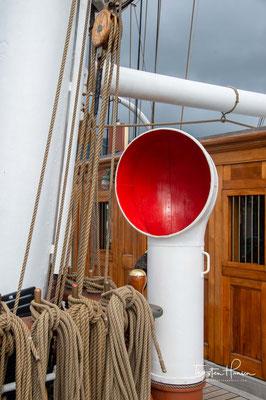 während das eigene Segelschulschiff, die Gorch Fock, in der Elsflether Werft zur Generalüberholung lag.