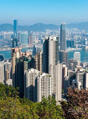 Diese Aussicht ist es auch, die den Peak zu einer der beliebtesten Sehenwürdigkeiten von Hong Kong macht. Am Tag streifen Ihre Augen über die glitzernden Wolkenkratzer und den Victoria Harbour bis hin zu den grünen Hügeln der New Territories.