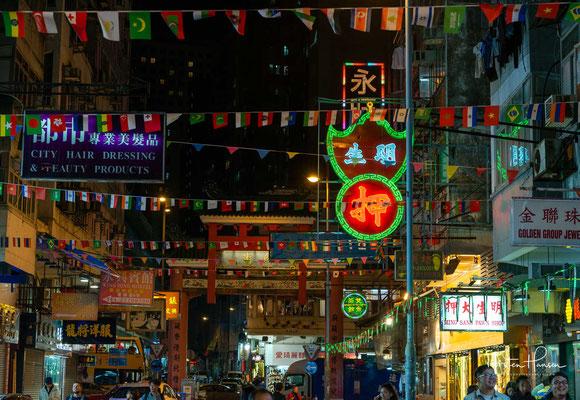 Der Temple Street Night Market ist ein Paradebeispiel für das quirlige und bunte Treiben eines chinesischen Marktes, der allabendlich Besucher aus aller Welt anzeiht.