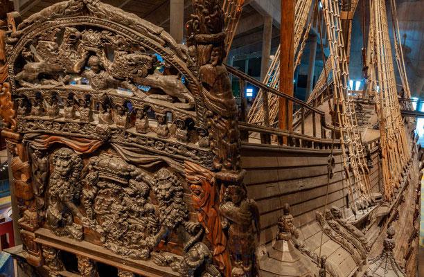 Der Bau der Vasa war für Schweden auch ein Prestigeprojekt. Sie war mit 64 Kanonen bestückt. Das Schiff war etwa 69 Meter lang, 12 Meter breit und am Großmast fast 52 Meter hoch.