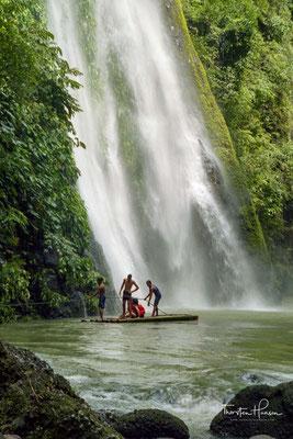 Die Fälle dabei sind nicht über den Landweg zu erreichen. Der einzige Zugang bietet der von den Wasserfällen gespeiste Fluss Bumbungan River.