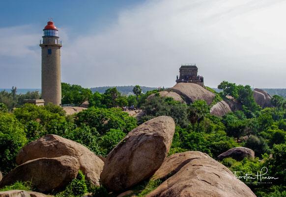 """Olakkanesvara-Tempel, auch als """"Alter Leuchtturm"""" bezeichnet, auf dem Felsen oberhalb des Mahishasuramardini-Mandapa gebaut, von den Engländern als Leuchtturm genutzt"""