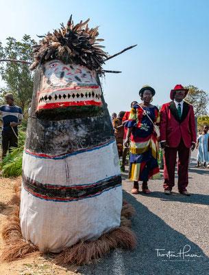 """Nyau, auch Nyao (bantu, in der Grundbedeutung """"Initiation"""") ist ein Geheimbund der Chewa, eines Bantu-Volks aus Südostafrika."""