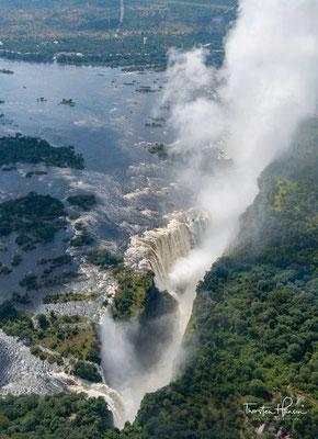 Die Victoriafälle sind sowohl das Resultat als auch nur eine Zwischenstation der rückschreitenden Erosion des Sambesi im Zusammenspiel mit der speziellen regionalen Geologie im südlichen Teil der Südprovinz Sambias und dem angrenzenden Gebiet in Simbabwe.