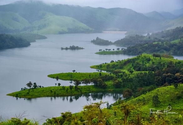 Innerhalb des Nationalparks liegt der 26 km² große Periyar-Stausee und der für Nationalpark und See namensgebende Fluss Periyar, der in den Westghats entspringt und nach 244 km ins Arabische Meer mündet.