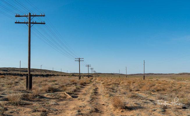 """Der Name Gobi bedeutet auf mongolisch """"Wüste"""". Die Chinesen nennen sie Schamo, was soviel wie Sandwüste heißt. Mit circa 1.5 Mio km² ist sie nach der Sahara die zweitgrößte Wüste der Welt."""
