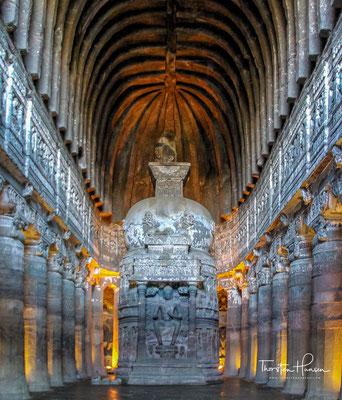 Höhle Nr. 26 ist eine Chaityahalle mit prächtig ausgearbeiteter Fassade. Dem Stupa ist eine Buddhafigur vorgestellt. Alles ist reich skulptiert, im Umgang sind an den Seitenwänden großformatige Reliefs aus dem Leben des Buddha aus dem Fels gearbeitet