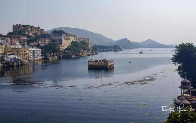 Udaipur liegt im Aravalligebirge in einer Höhe von ca. 570 m; die Stadt ist umschlossen von drei künstlich angelegten Seen (Pichhola-See, Fateh-Sagar-See und Udai-Sagar-See)