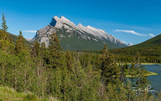 Die Bundesregierung hat daher einschränkende Maßnahmen ergriffen, unter anderem festgelegt, dass nur diejenigen Bürger ihren Wohnsitz in Banff nehmen dürfen, die dort auch einen Arbeitsplatz haben.