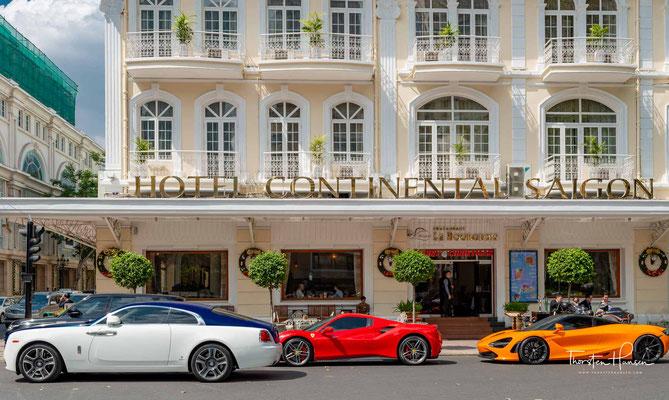 Das berühmte Hotel Continental mit seiner weißen Fassade, dem rotierenden Globus und seinen ockerfarbenen Dach war einst eine Bastion der feinen französischen Gesellschaft und zählt auch heute noch zu den renommiertesten Adressen der Stadt.