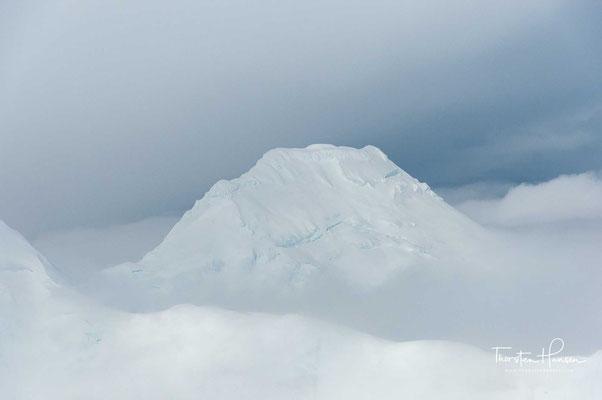 Als Erste erreichten der amerikanisch-britische Forscher Hudson Stuck und der Alaskaner Henry Peter Karstens, sowie die Athabasca-Indianer Walter Harper und Robert Tatum am 7. Juni 1913 den Gipfel.