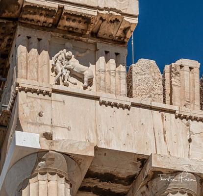 Der Parthenon war zumindest stellenweise bemalt. Inwieweit und in welchen Farben, ist bis heute allerdings umstritten. Es ist bekannt, dass die Decken im Innern in Blau gehalten waren, während die Abbildungen in den Giebeln helle Farbtöne trugen
