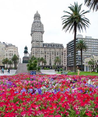 Palacio Salvo, erbaut von den italienischen Textilindustriellen Brüderpaar Salvo. Der 12. Oktober 1928 war der Tag der Einweihung. Mit einer Höhe von 105 m war das markante Gebäude im Stil des Art déco bis 1935 das höchste Bauwerk in Südamerika