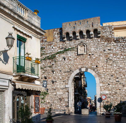 Taormina (sizilianisch: Taurmina) ist eine Stadt mit 10.844 Einwohnern (Stand 31. Dezember 2019) an der Ostküste Siziliens.