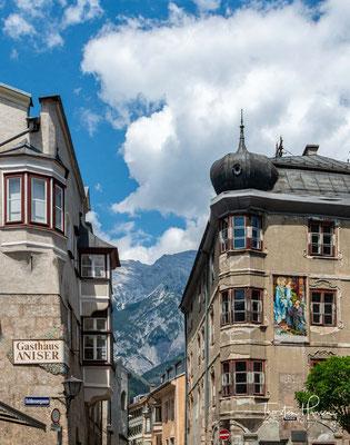 Reiche Salzvorkommen ließen das Städtchen schon im 13. Jh. aufblühen. Als im 15. Jh. die herzogliche Münze von Meran (Südtirol) hierher verlegt wurde, nahm die Bedeutung der Stadt weiter zu.